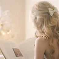 本を読む金髪女性