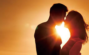 夕日でキスをする2人