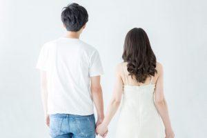 手をつなぐ後ろ姿のカップル