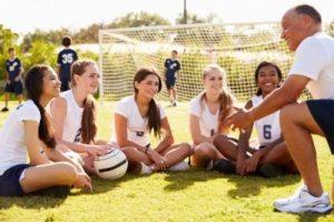 フットボールの指導を受ける生徒たち