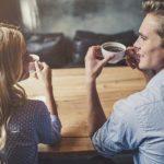 夫婦で一緒にコーヒーを飲む