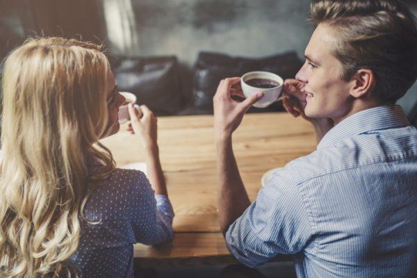 夫婦でコーヒーを飲む