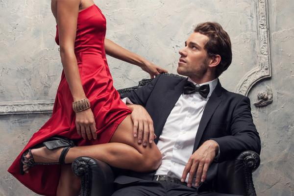 座っている男性を誘惑する年上女性