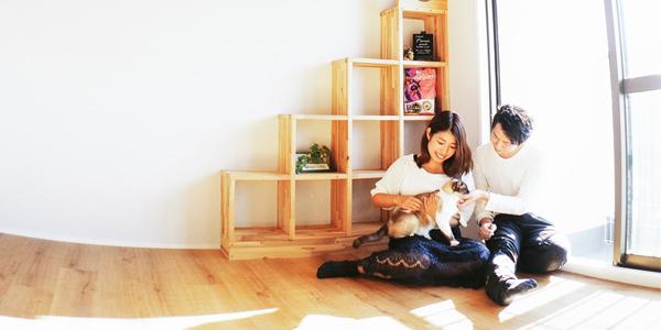 家で犬と遊ぶカップル