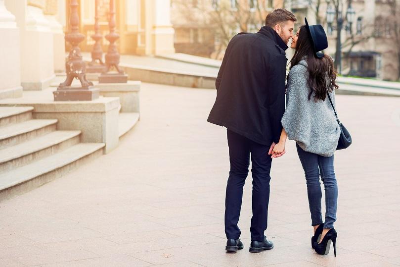 街中でキスをするカップル