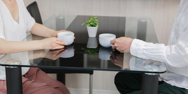 お茶を楽しむ男女