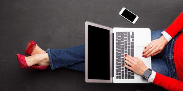 ノートパソコンをいじる女性
