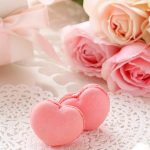 記念日用のプレゼント、ハート型のマカロン、バラ