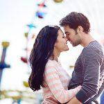 遊園地でキスするカップル