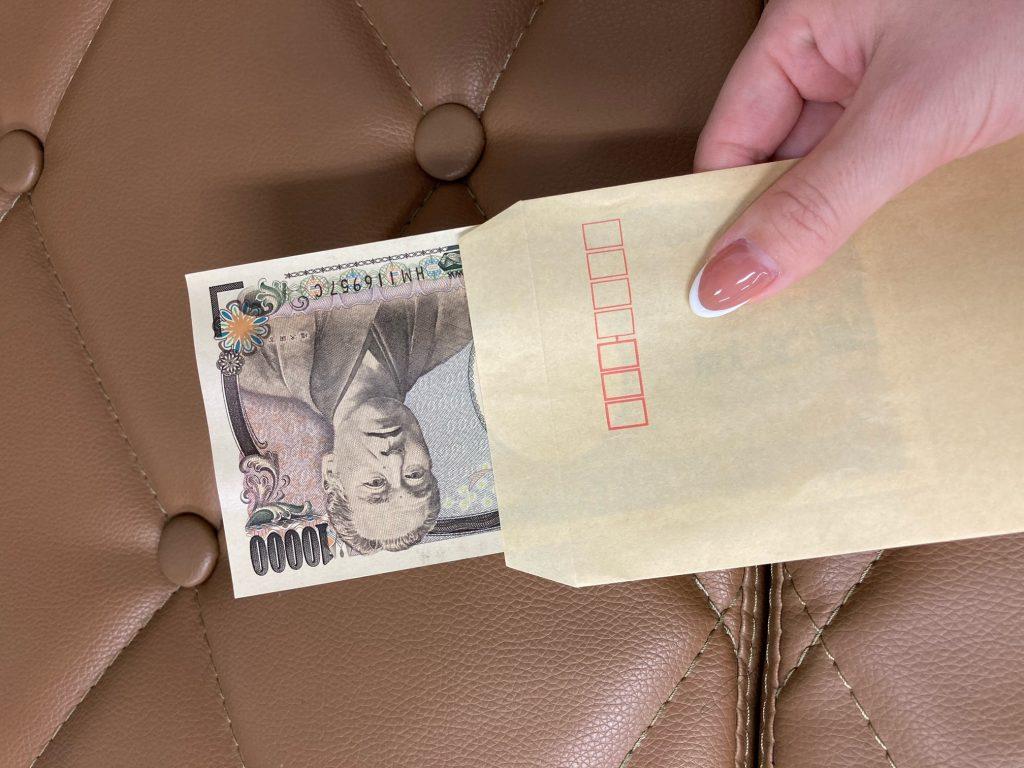 パパ活サイトでもらった封筒から取り出す1万円