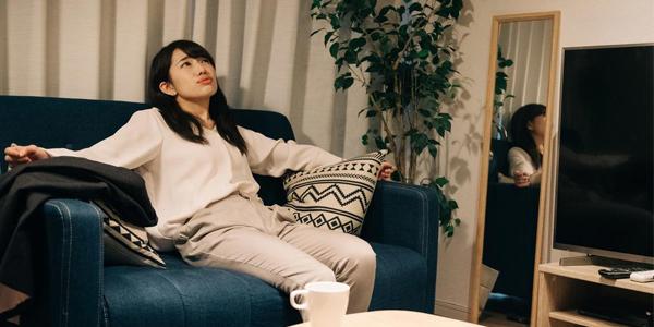 家の中で何か考え事をしてる女性