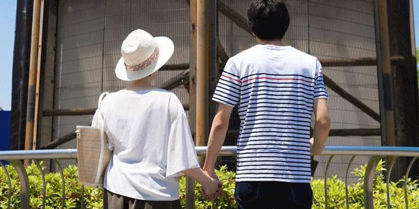 動物園でデートするカップル