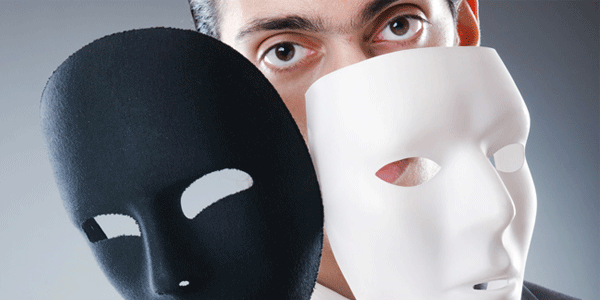 白と黒の仮面を持つ男性
