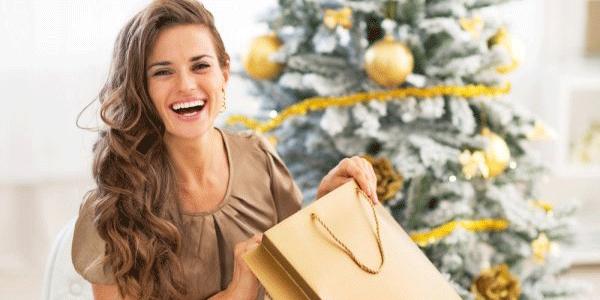 クリスマスプレゼントをもらって喜ぶ女性