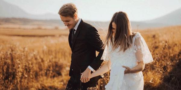 手をつなぐ新婚夫婦