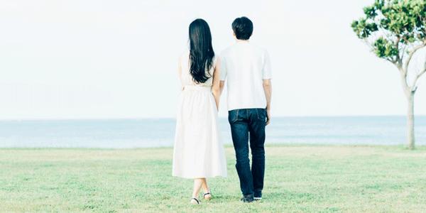 肩を組んで歩くカップル