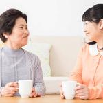 仲良く会話する嫁と姑