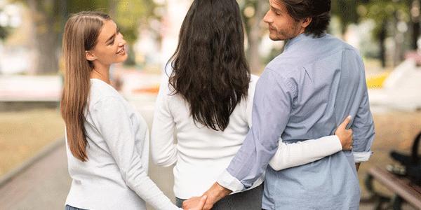 彼女がいながら別の女性と手を繋ぐ男性