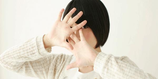 顔隠す女性