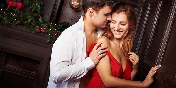 パパ活アプリで出会った女性に抱き着く男性